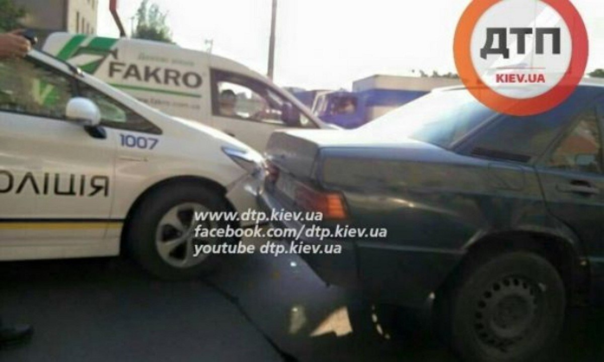 В Киеве полицейский патруль въехал в Мерседес