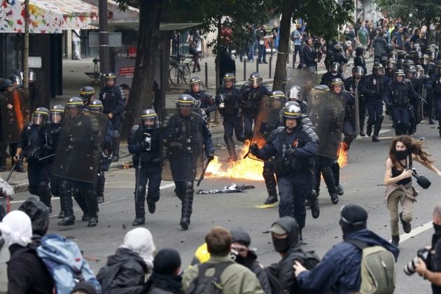 ВПариже противники реформы труда покалечили полицейских