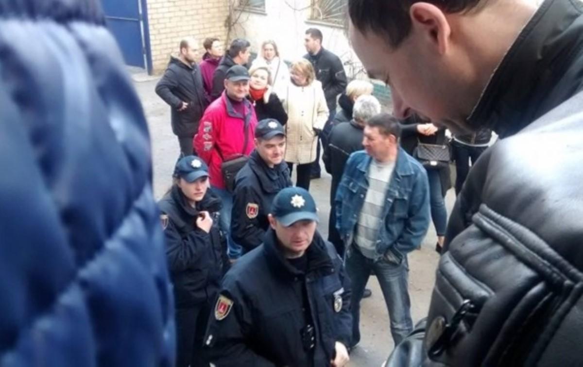 ВОдессе вочереди зазагранпаспортами мужчина избил женщину истарика