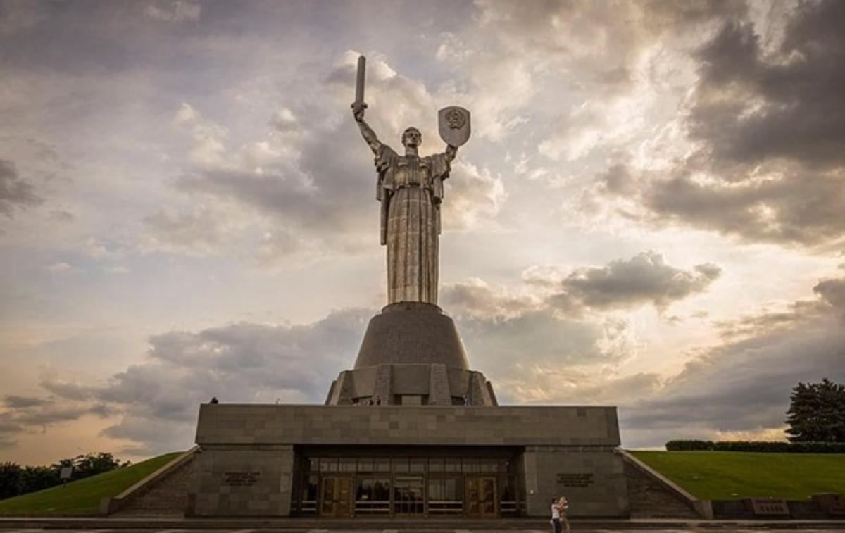 ВМинкульте объяснили, почему недемонтируют герб СССР намонументе «Родина-мать»
