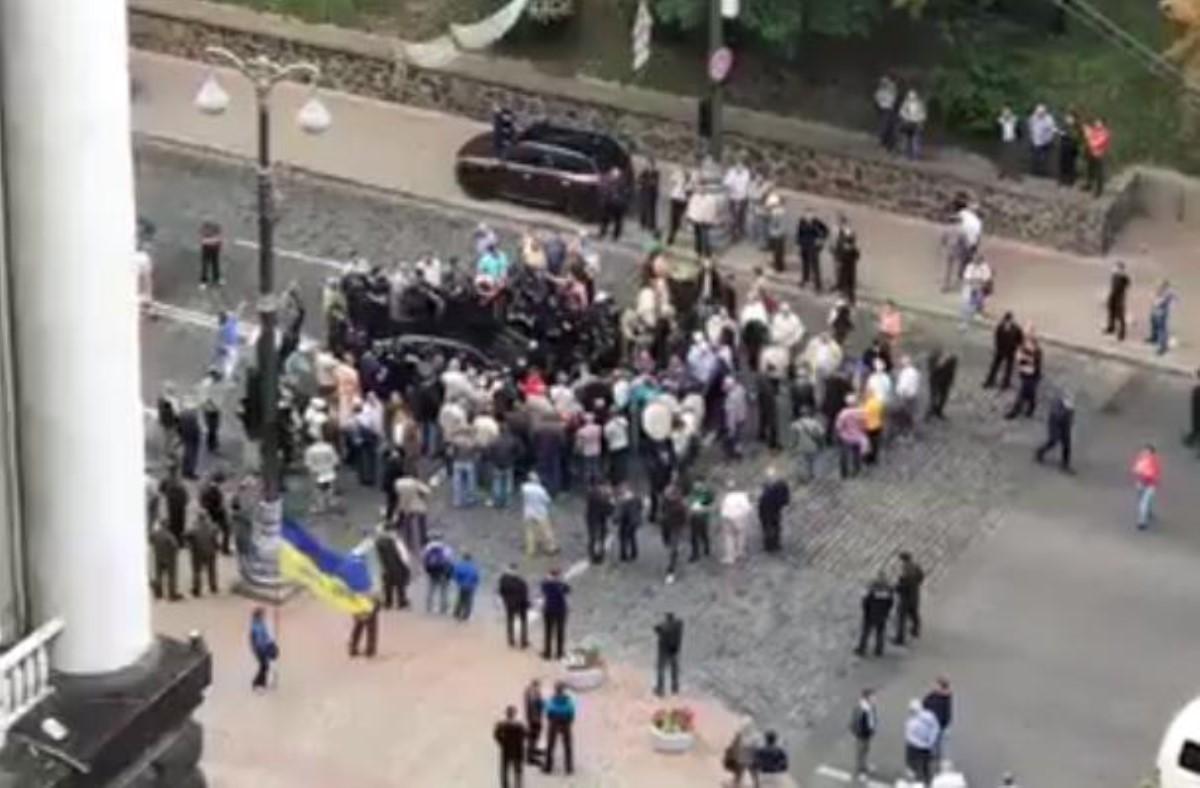 Порше въехал втолпу митингующих уздания руководства вКиеве
