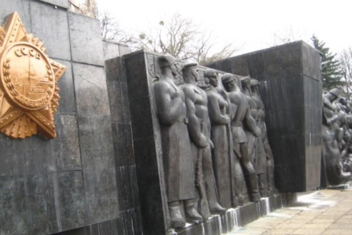 ВоЛьвове только натекущий момент начали демонтаж монумента советской эпохи