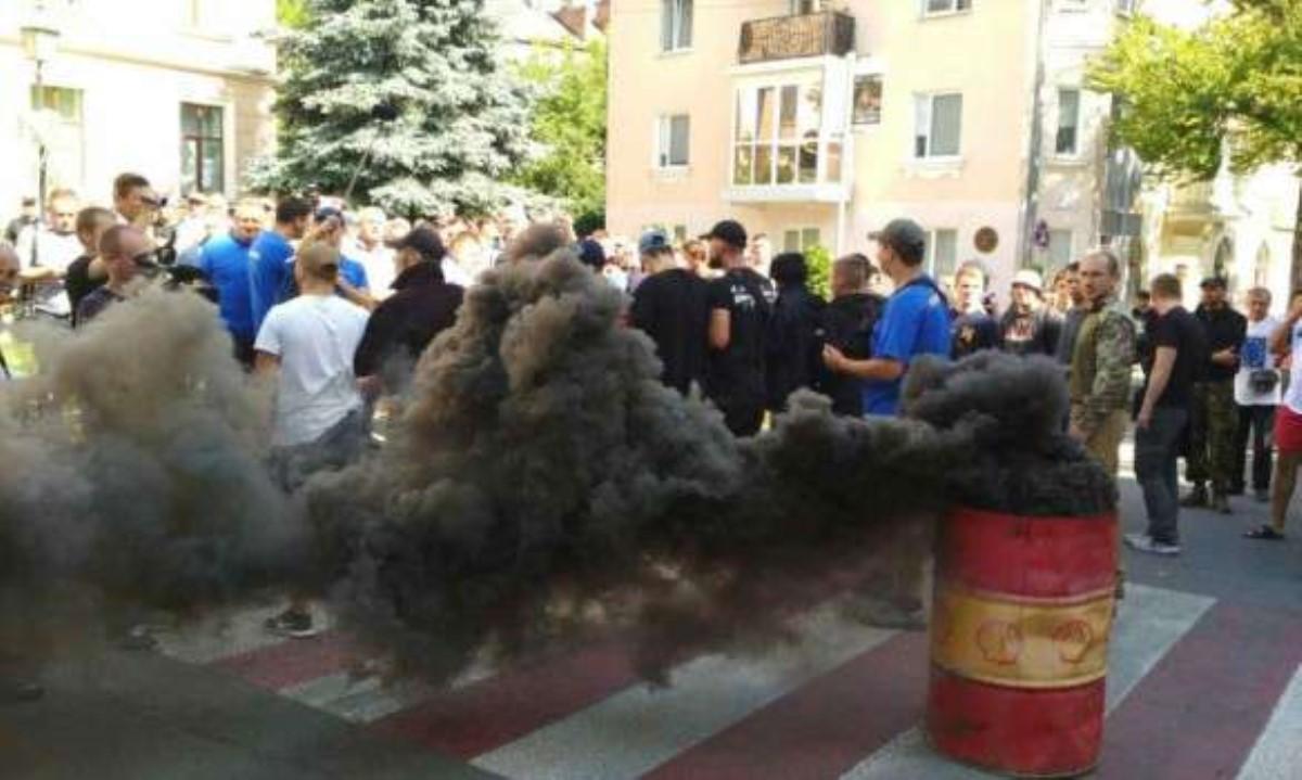 ВТернополе городской совет испытали дымовой шашкой