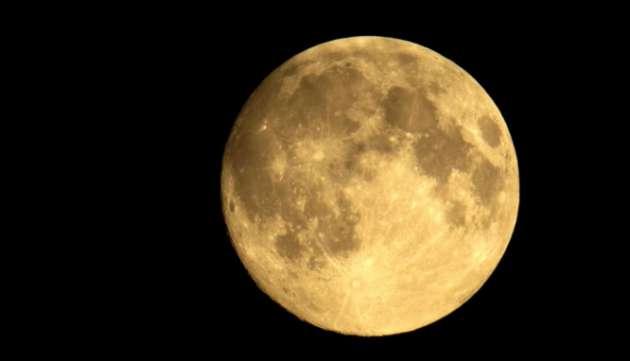 Ученые узнали настоящий цвет Луны, скрытый под слоем пыли