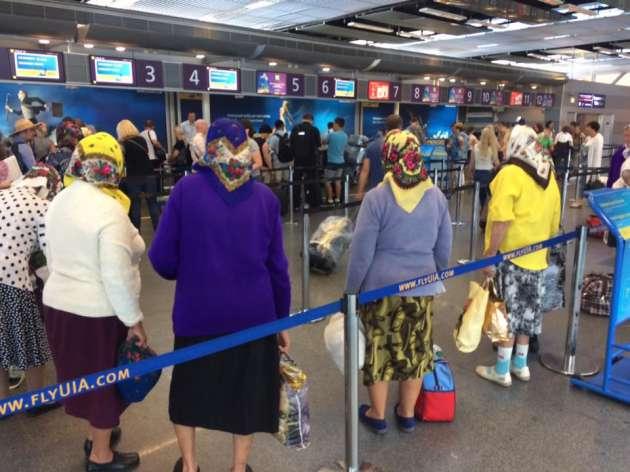 Компания украинских бабушек нарейсе вБудапешт покорила пользователей сети