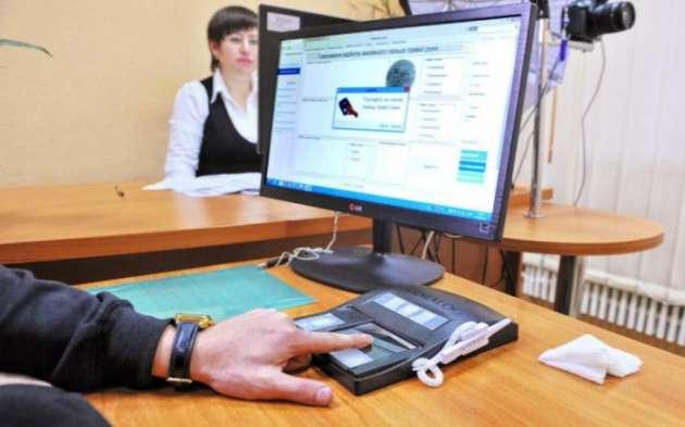 Гройсман анонсировал запуск вУкраинском государстве цифровой подписи впаспортах имобильных