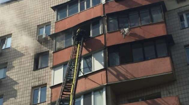 Во время пожара в киевской многоэтажке погиб ребенок (фото, видео)