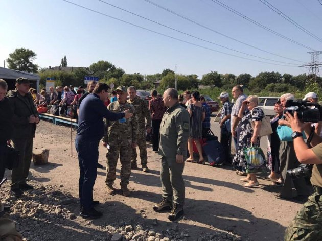 Луценко возмутился грязи ипыли наКПП «Майорск»