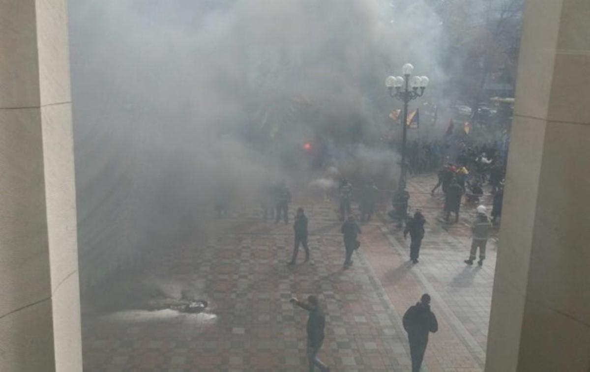 Депутат бросил дымовую шашку на совещании  вРаде