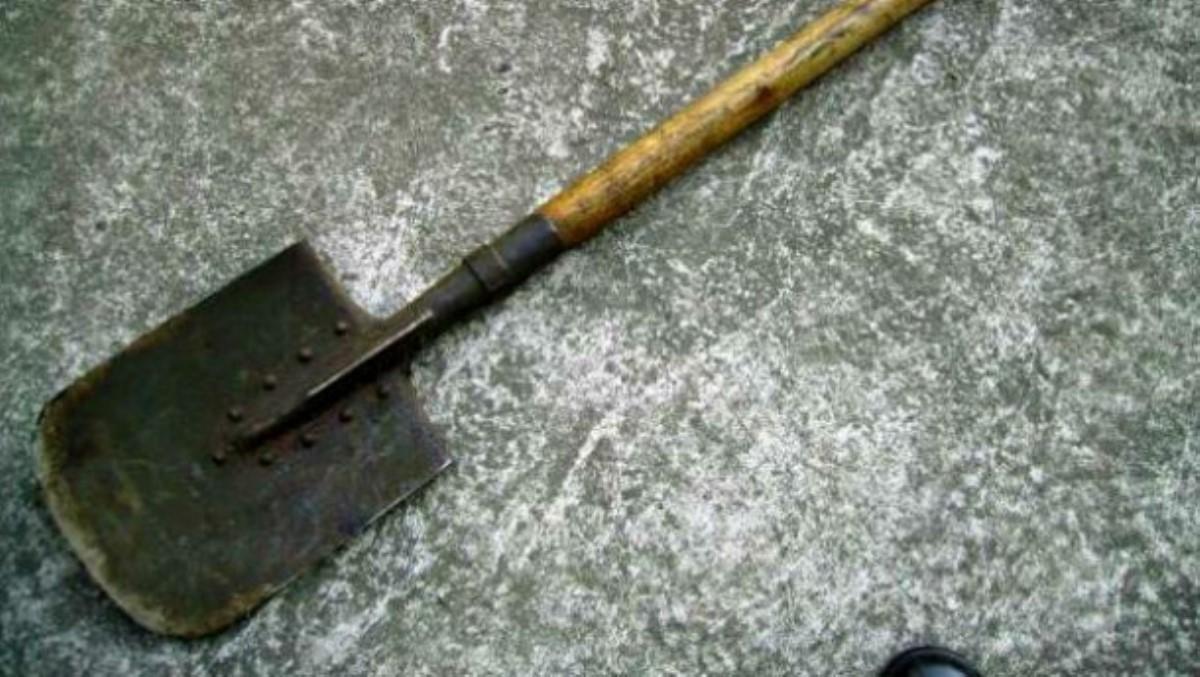 Нетрезвый работник «Николаевводоканала» устроил дебош наулице иразбил мужчине лицо лопатой