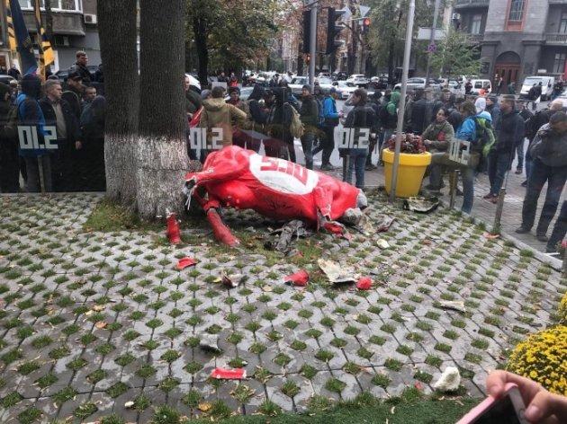 ВКиеве несколько десятков неизвестных атаковали кабинет партии «5.10» Балашова
