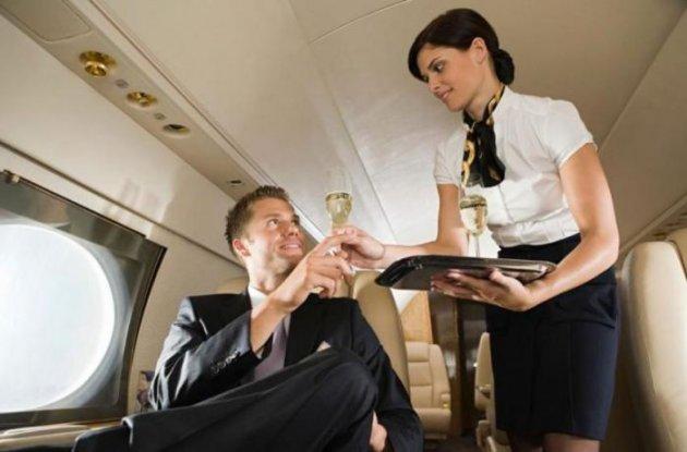 Пассажиры первого класса часто выплачивают бортпроводницам засекс всамолёте— Стюардесса