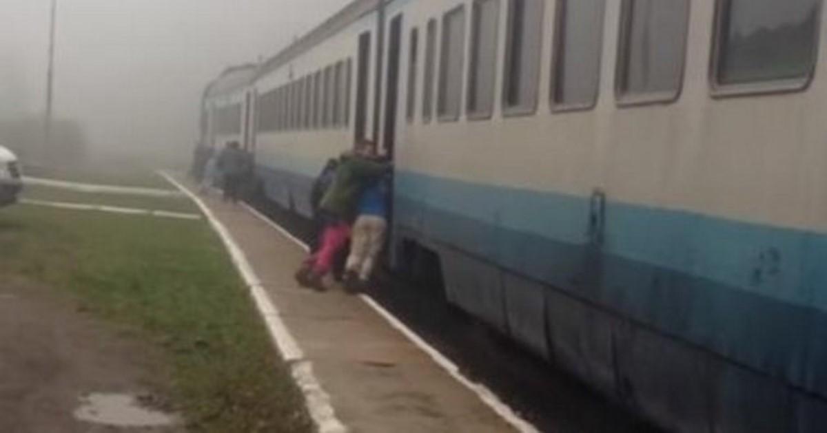 Как вЗакарпатье пассажиры толкали поезд, чтобы завести его двигатели