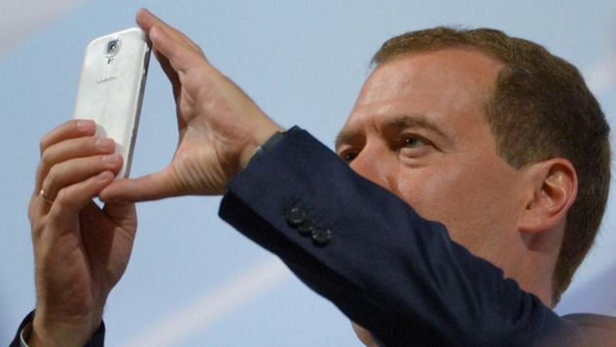 Медведев посетил мужской монастырь сновым iPhone Xвруках