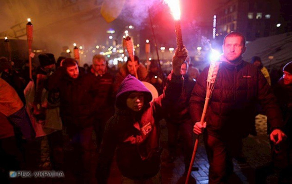Участники факельного шествия забросали файерами полицию вКиеве