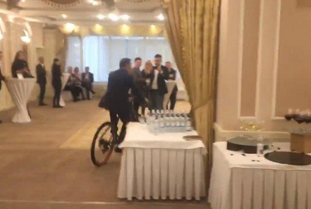 Появилось видео, как Ляшко катается навелосипеде поресторану