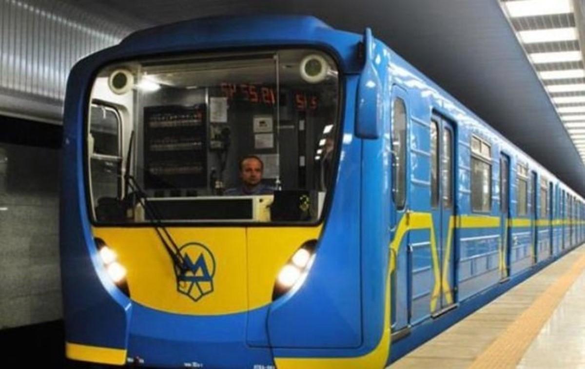 Работники московского метро проводят пожилых людей дохрамов вРождество