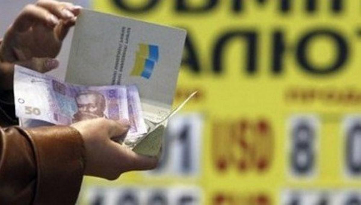Украинцы скупают доллар бешеными темпами— каждый день завозят посамолету кэша