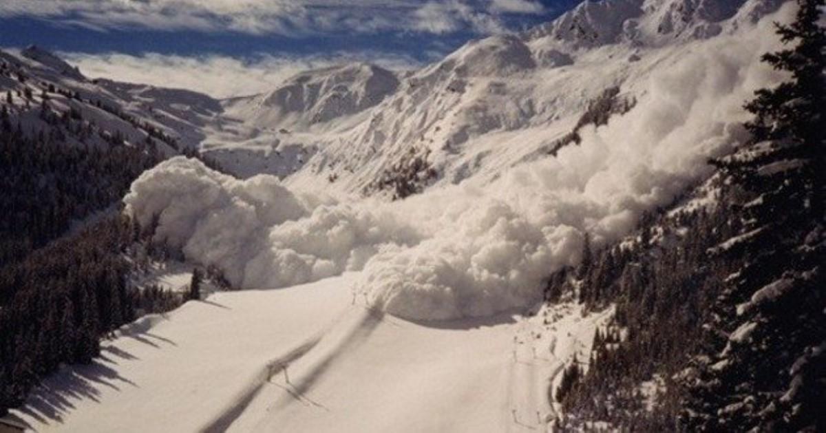 НаЗакарпатье сняли навидео сноубордиста, который едва спасся отснежной лавины