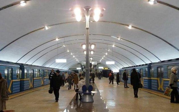Пассажиров метро залило водой ввагоне поезда— Холодненькая пошла