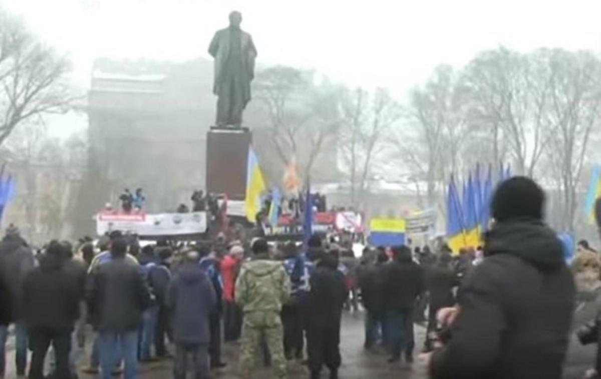 Протестующие прорвались к монументу Шевченко вцентре столицы Украины
