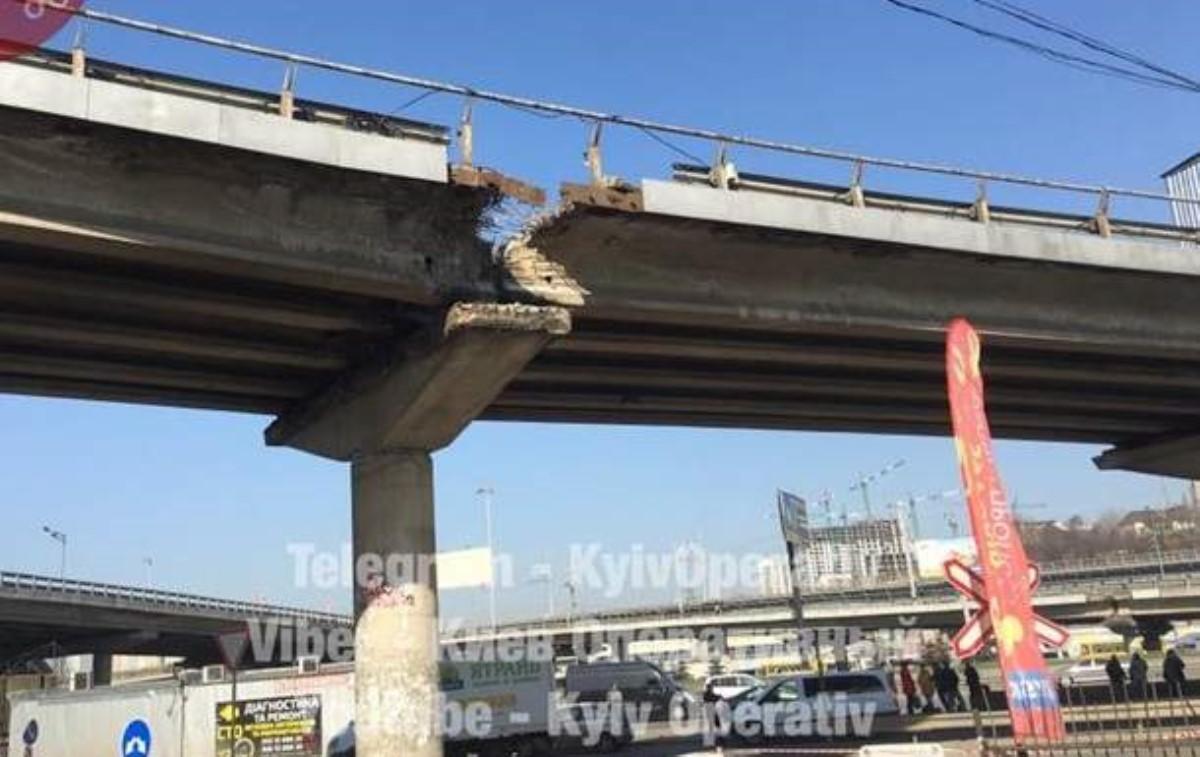 ВКиеве частично обвалился мост уметро Выдубичи