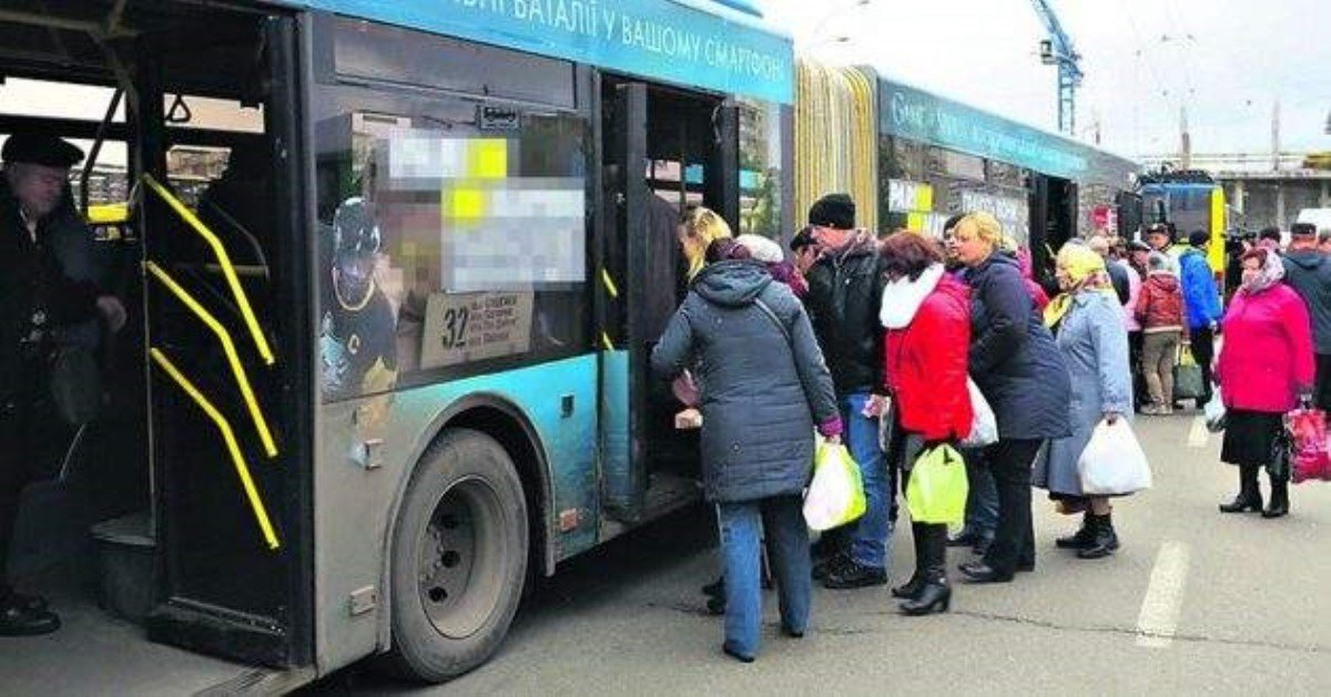 Вцентре украинской столицы произошла кровавая драка втроллейбусе: появились фото