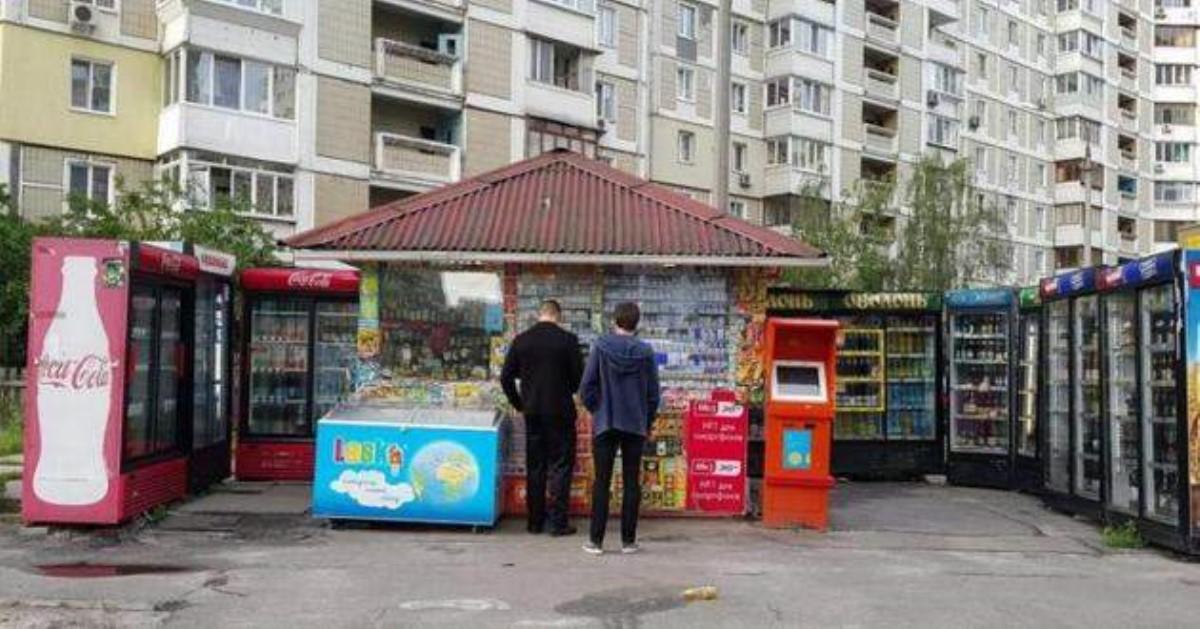 ВКиеве националисты унижали продавца фастфуда за«сепарскую» песню
