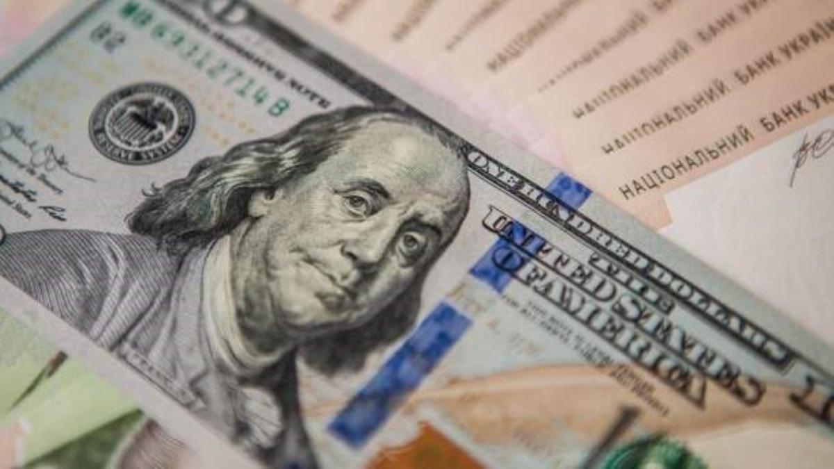 Небольшое ослабление: курс рубля немного упал поотношению кевро идоллару