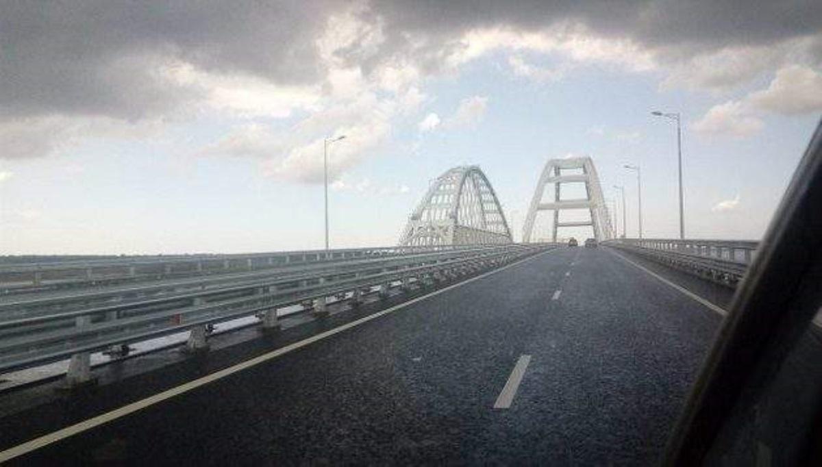НаКрымском мосту состороны Керчи началась укладка рельсов